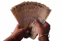 woman-counting-indian-500-rupee-notes-f1
